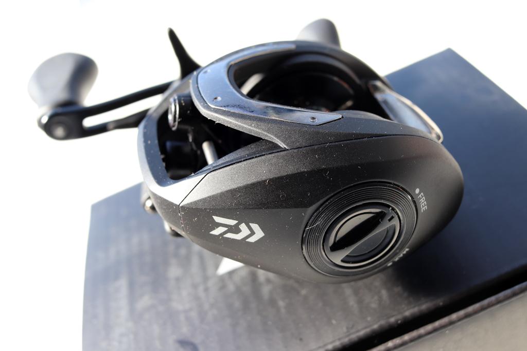 ブレーキはサイドのダイアルで調整するマグネット ブレーキ。
