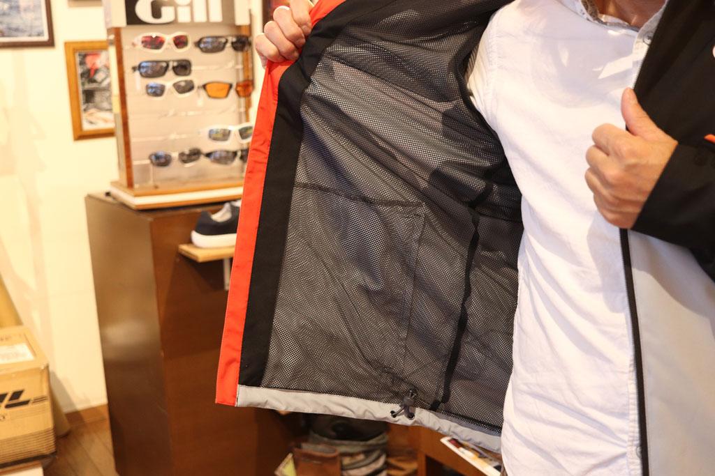今回の『ブロードサンド ジャケット』は中綿が入っていない、より軽量でライトなジャケットです。