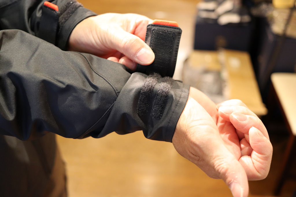 袖口はアジャスター付で絞り調節可能、水の侵入を防いでくれます。