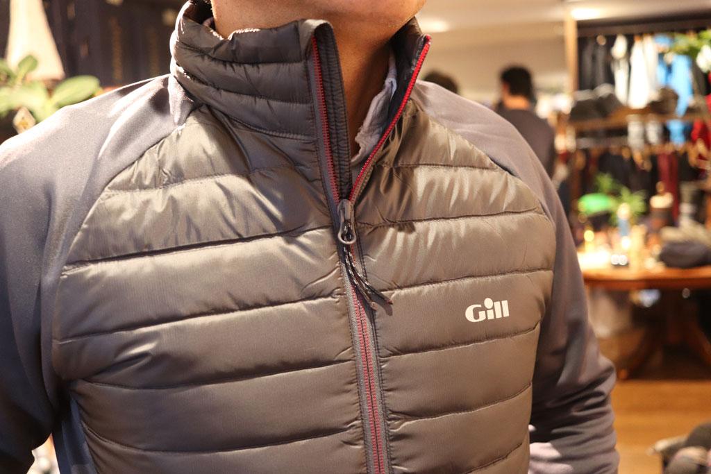 暖かいだけではなく・・・、表生地は風を防いで水を弾くアウトドアに最適な一着となっております。