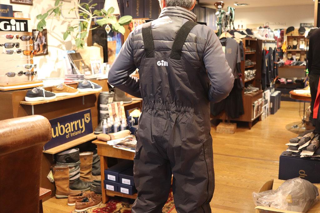 先にご紹介したハイブリッド ダウン ジャケットの上に来てみましたが・・・、バック スタイルはこんな感じ。
