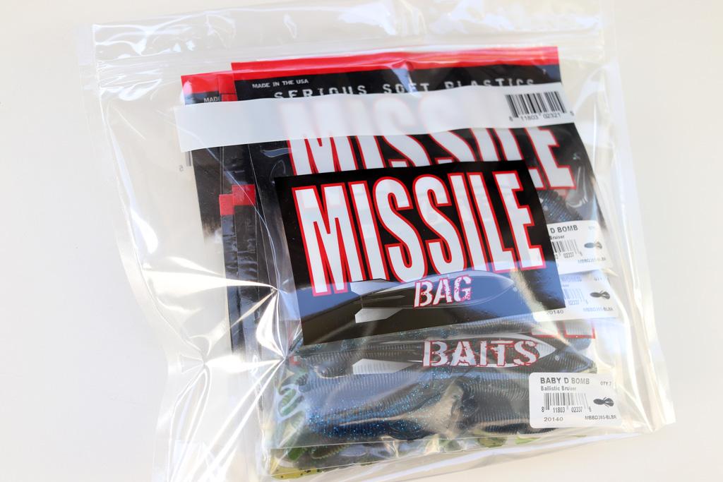 サイズ的に「28.5cm × 24cm」です。 ミサイル ベイツ「D ボム」のワーム バッグなら、10枚くらいは優に入ります。