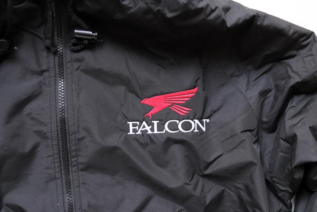 胸にお馴染みのロゴが入ったジャケット。