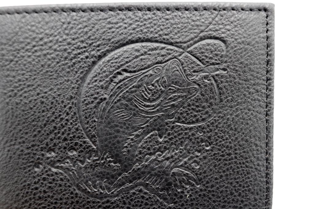 エンボス加工で大きく「ジャンピング バス」が入った、シボ革の財布。
