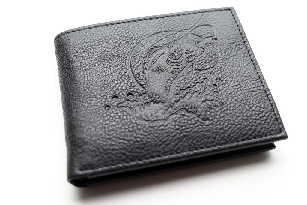 「レッドヘッド(バス プロ ショップス)」の『レザー ウォレット -Bass- / Bass Embossed Leather Billfold Wallet』