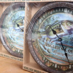 リバースエッジ「ブリキの壁掛け時計 – Angler's Cove」