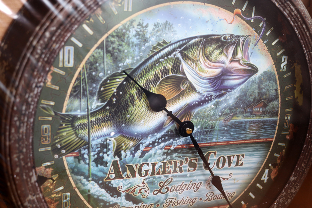 """「リバースエッジ / River's Edge」の『ブリキの壁掛け時計 - Angler's Cove / 15"""" Rusted Bass Clock』"""