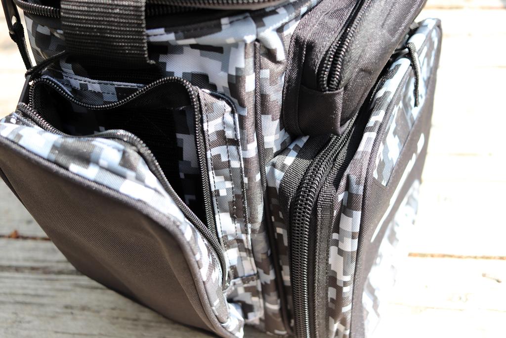 ジッパー付きのポケットが、フロントと、左右のボディ横側に付いており、タックルをたっぷりと収納できます。