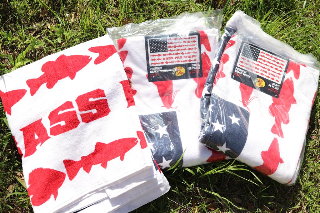 「バスプロショップス / Bass Pro Shops」の『フィッシュ フラッグ プレミアム ビーチ タオル / Fish Flag Premium Beach Towel』