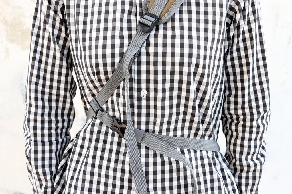 しっかりとバッグが体に固定されて、移動の際にバッグがバタつかず動きやすいです。