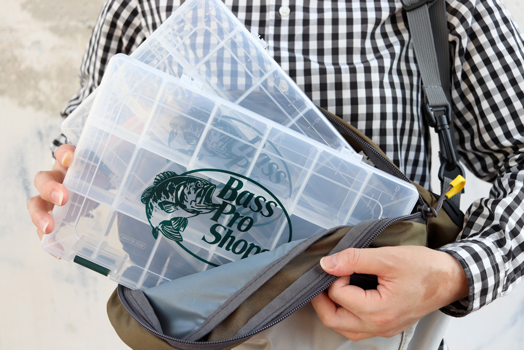 リュックの様にルアー交換の度にバッグを下ろす必要がなく、体の前面にバッグを持ってくることで手早くルアー交換可能。
